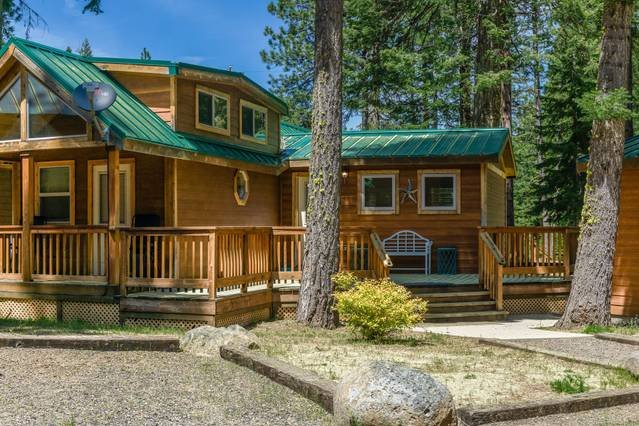#32 The Cabins at Hyatt Lake - Sleeps 6 - Hot Tub, holiday rental in Ashland