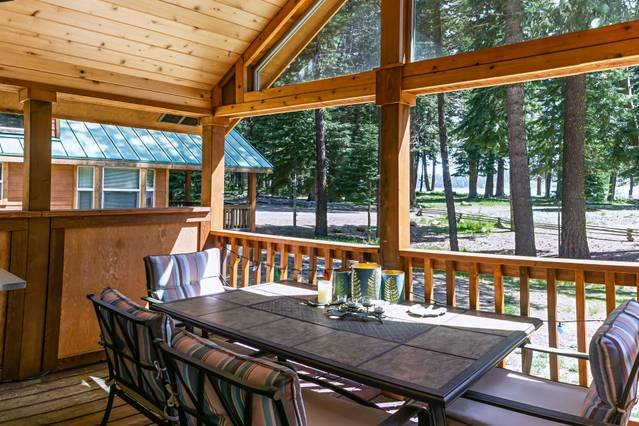 #52 The Cabins at Hyatt Lake - Sleeps 4 -Lake View - Hot Tub, holiday rental in Ashland