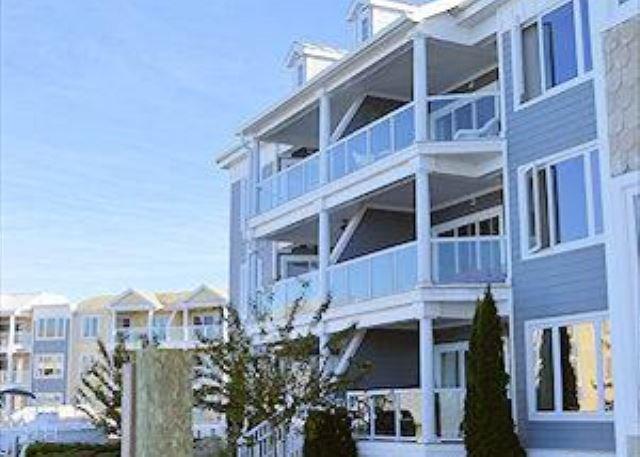Bay Breeze - 3rd Floor Waterfront Condo - In Town, alquiler de vacaciones en Horntown