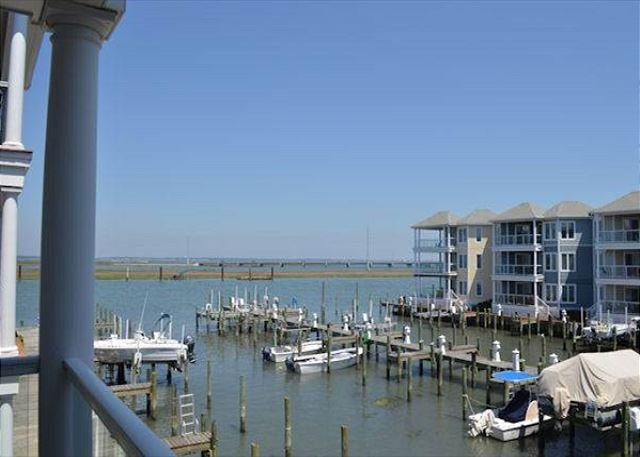 Chincoteague Getaway on the Bay - 2nd Floor Water Front Condo - In Town, alquiler de vacaciones en Horntown