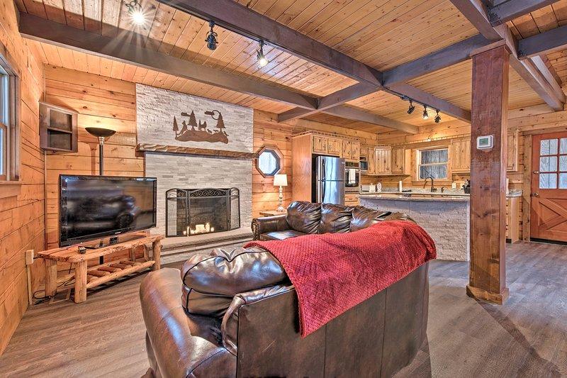 Descanse en esta cabaña de alquiler de 2 dormitorios y 2 baños en el lago Pocono.