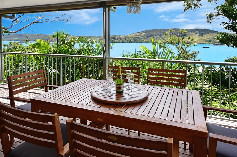 Ocean View House + Buggy Heliconia 10 & Airport Transfers, vacation rental in Hamilton Island