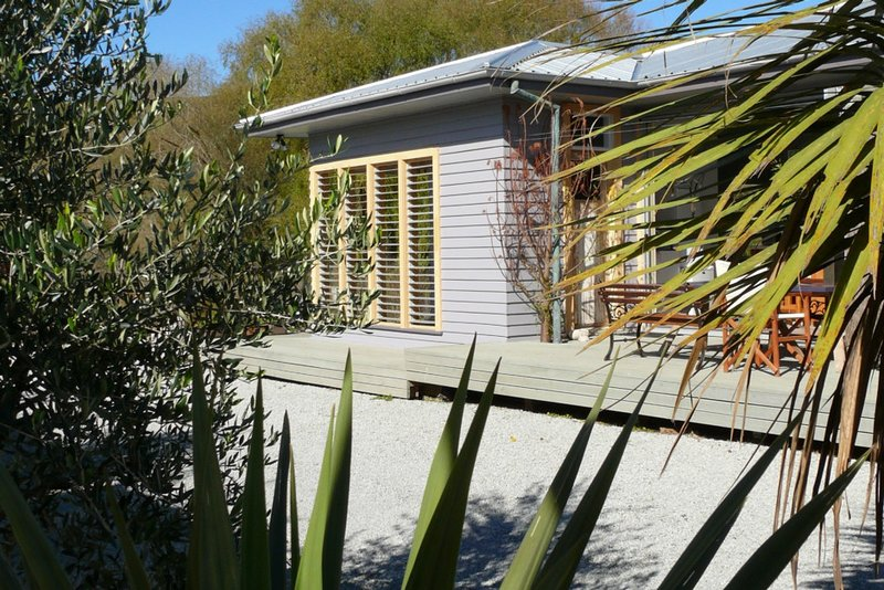 Riverhouse 42: Stunning riverfront house close to town amenities., location de vacances à Hawke's Bay Region