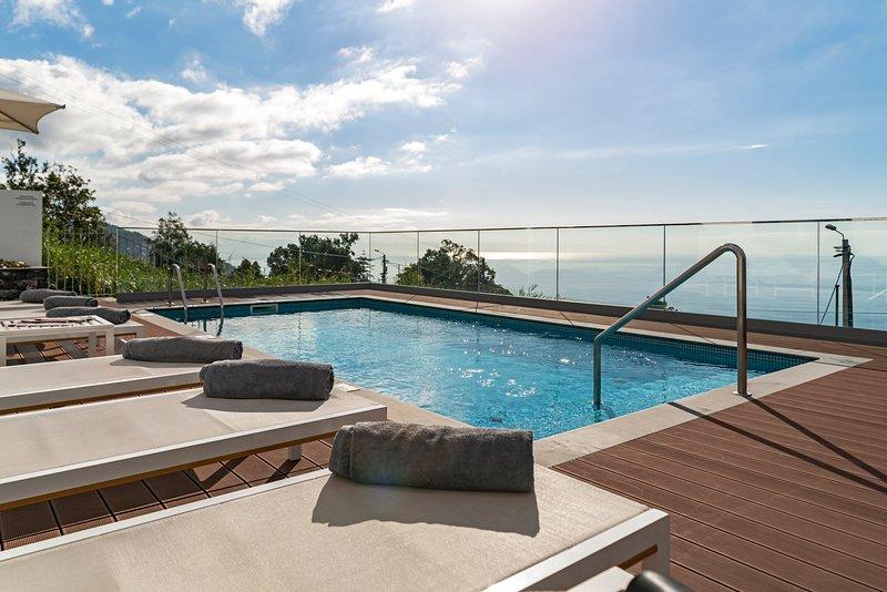 Traditional villa, A/C, heated pool, sea and Funchal views | Vila da Portada, vacation rental in Funchal