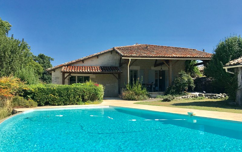 Gorgeous 18th Century French Farmhouse surrounded by woodlands and vineyards., holiday rental in Coux