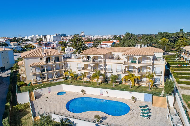 Albufeira, short walk to shops and beach, holiday rental in Albufeira