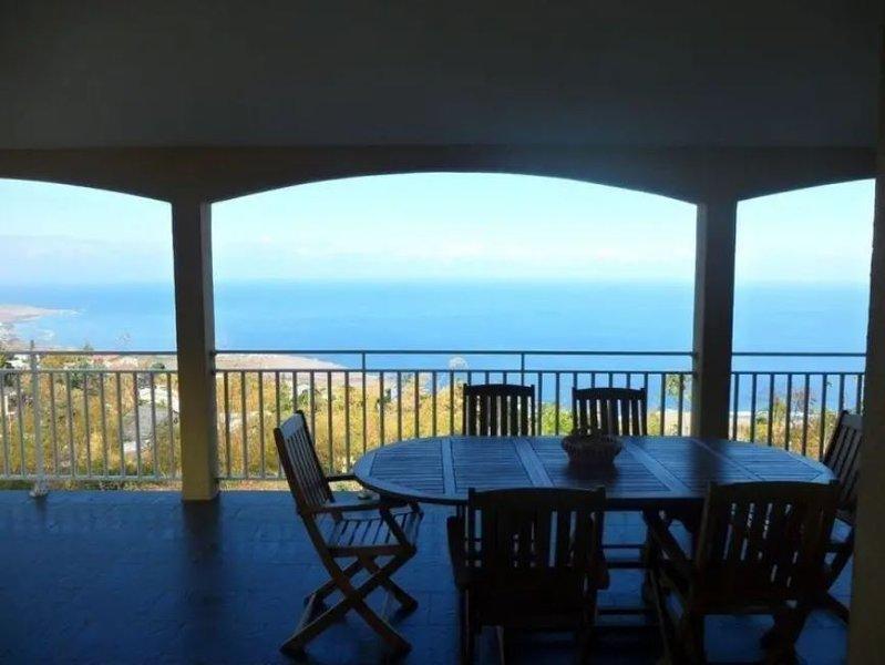Spacious house with sea view & Wifi, location de vacances à Trois Bassins