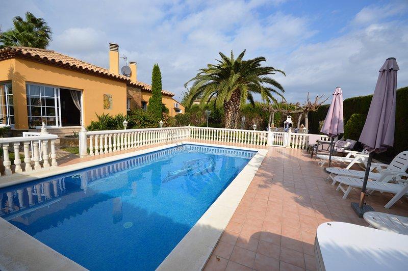 Nautic 13 - Casa con jardin y piscina., holiday rental in Vilacolum