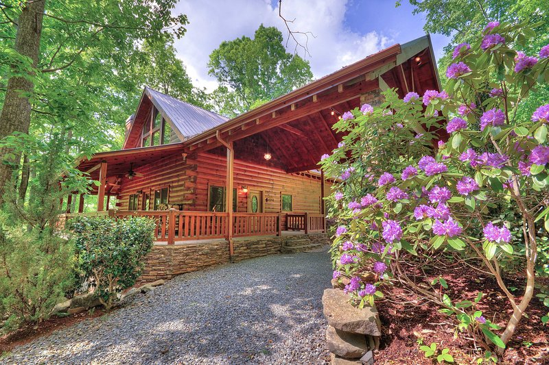 Mountain Blessing vacation rental cabin has 4 bedrooms and 3 bathrooms for 12.