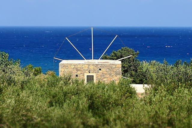 [UNIQUE] Authentic Cretan Stone Windmill - AC - WIFI - SAT TV, aluguéis de temporada em Sitia