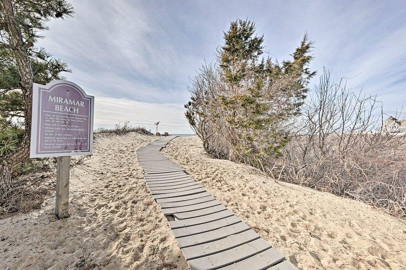 Eclectic Dennis Port Cottage: Walk to Priv. Beach!, location de vacances à West Dennis