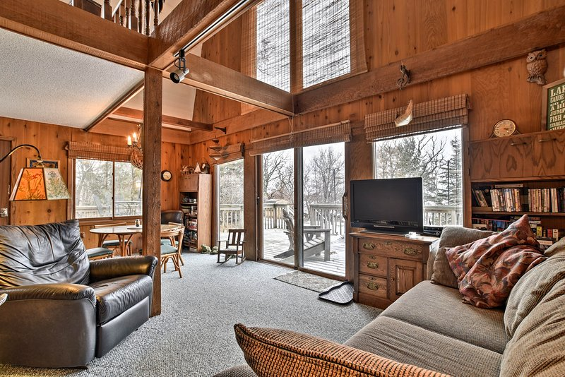 Lake-View Kimball Cabin w/10 Acres & Private Beach, holiday rental in Waite Park