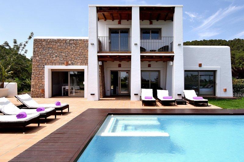 Fantástica casa de lujo con estupendas vistas al casco antiguo de Ibiza y al mar, alquiler vacacional en Es Canar