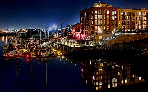 Mermaid Wharf Building en la noche