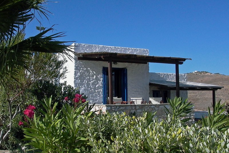 Luxury house with Parikia bay views and pool, beach in walking distance, location de vacances à Krotiri