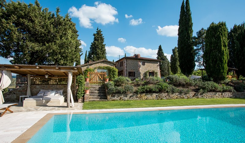 Welcoming Tuscan Hillside Villa with Infinity Pool - Casa Medioevale with Annex, holiday rental in Mercatale Valdarno