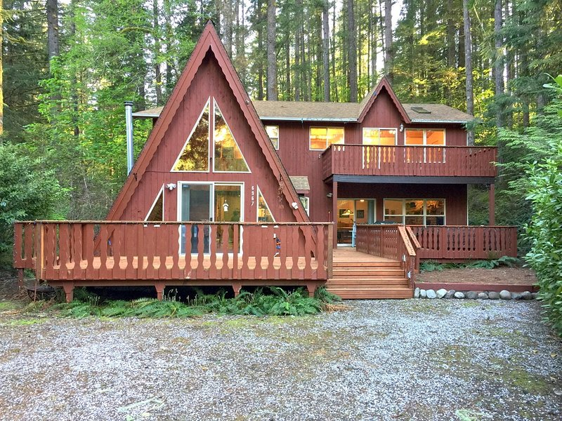 Mt. Baker Lodging Cabin #45 – HOT TUB, FIREPLACE, BBQ, PETS OK, W/D, SLEEPS 10!
