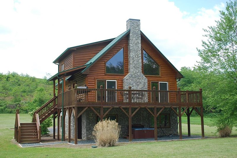 Rushing Waters- Riverfront, Hot Tub, Pet Friendly, Fire Pit, Fireplace, WIFI, vacation rental in Laurel Springs