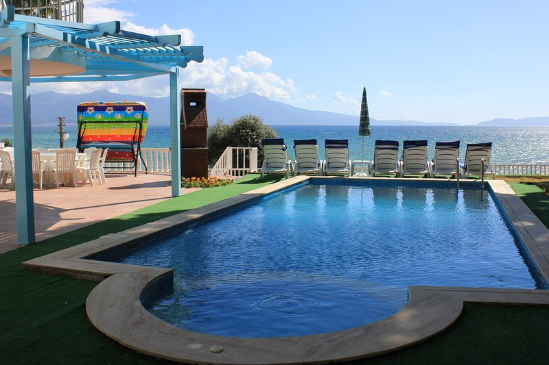 6 Bedrooms Seafront Villa with Private Pool, holiday rental in Kusadasi