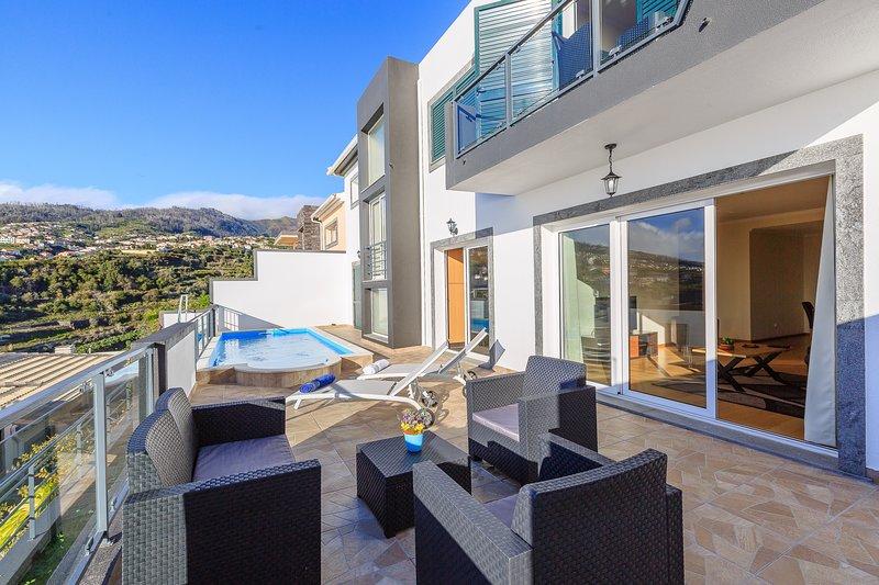 Lovely NEW villa in Calheta, sea-view, special 2019 prices – Casa da Belita, holiday rental in Madeira