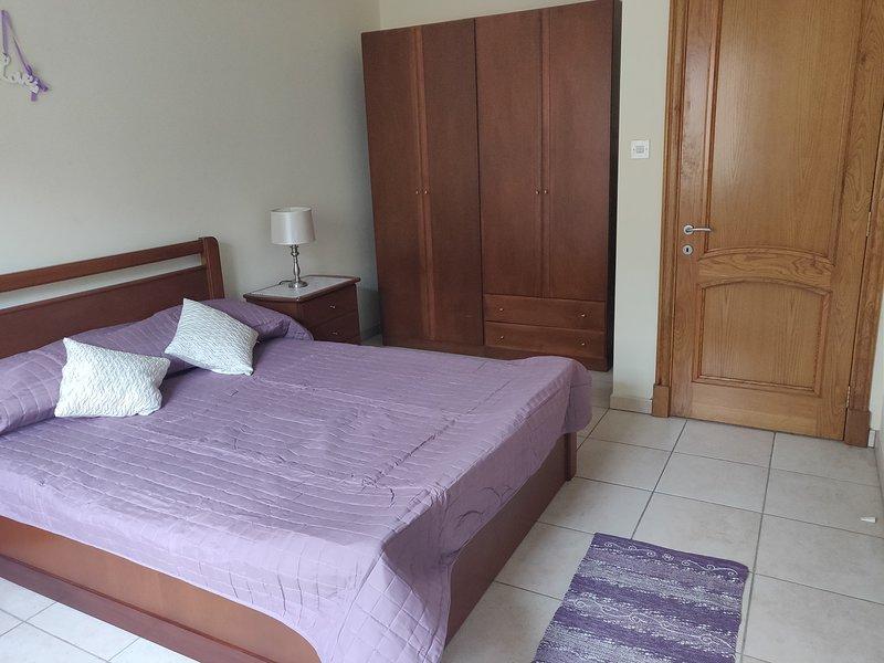 Comfortable Apartment within minutes` walk from Mellieha Bay, alquiler vacacional en Cirkewwa