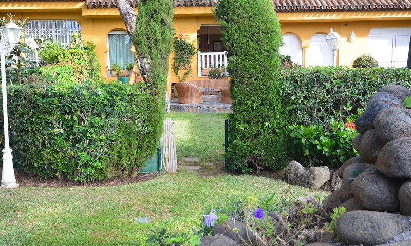 Cabopino Villa Sleeps 9 with Pool Air Con and WiFi - 5700545, vacation rental in Artola