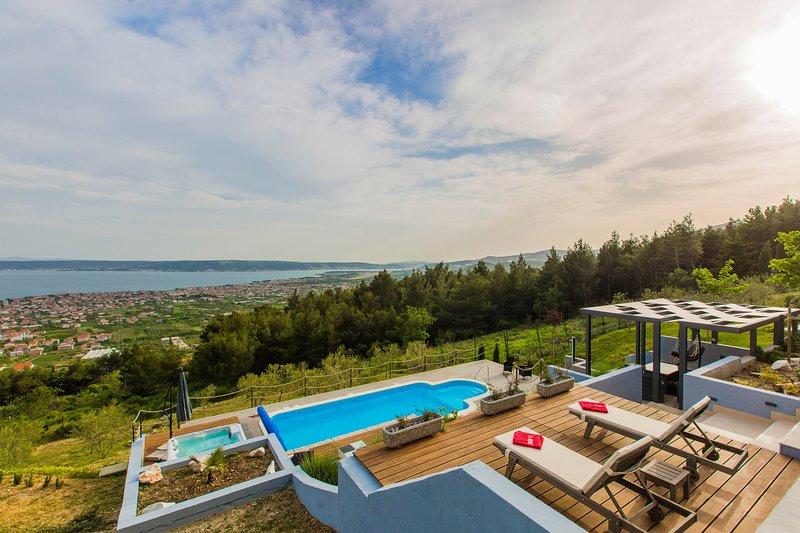 Luxury Villa Grand View with Swimming Pool, alquiler de vacaciones en Kastel Stari