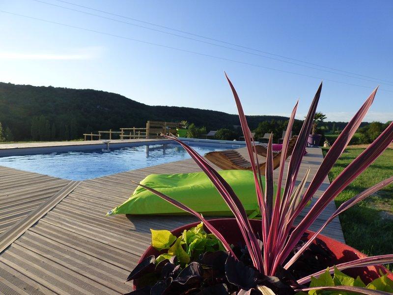GITE**** 8 PERSONNES AVEC PISCINE ET VUE SUR VALLEES, location de vacances à Thézac
