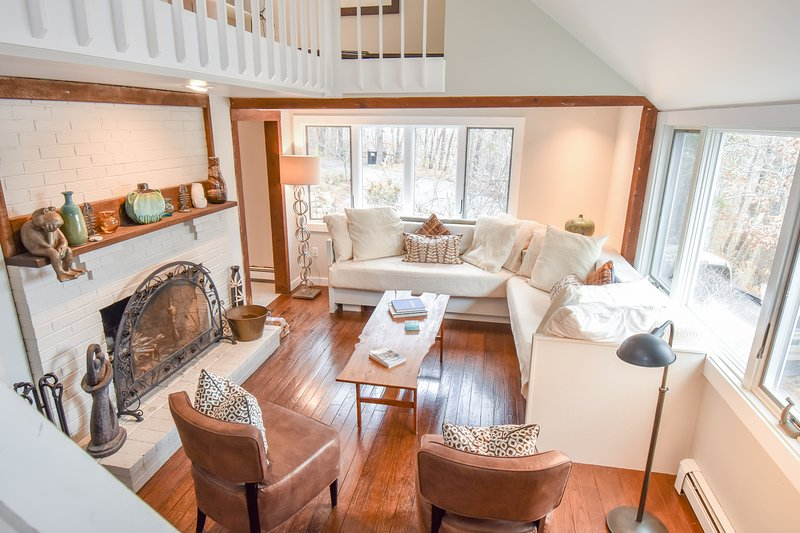 #327: Pond front w/ detached cottage & private dock in National Seashore!, casa vacanza a Wellfleet