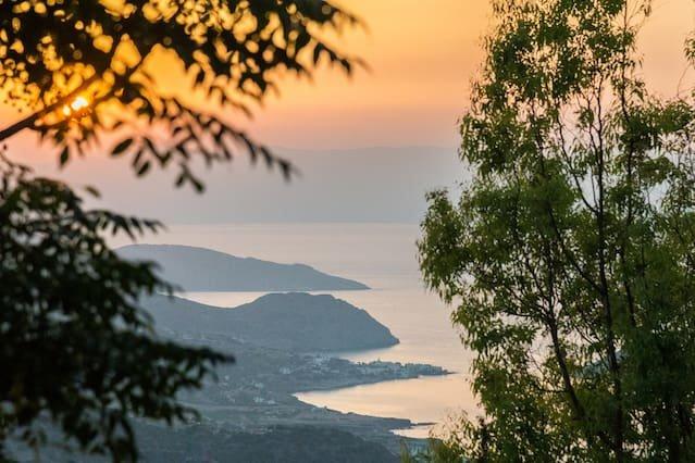 Fantastiska solnedgångar med utsikt över Lasithi-bergen och Mirabellobukten