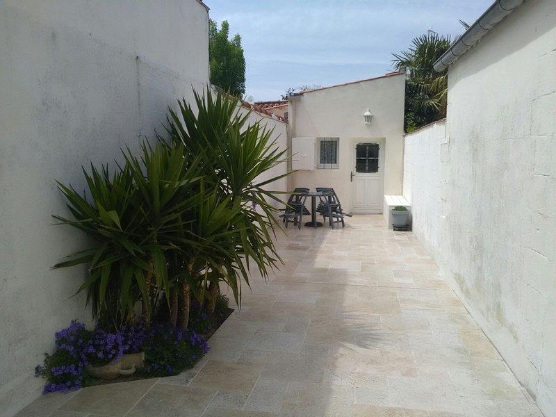 MAISON DE PLAIN PIED PRES DE LA MER DES PARCS ET DU VIEUX PORT A LA ROCHELLE, vacation rental in La Rochelle