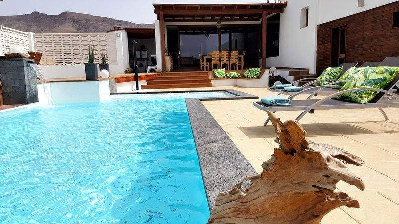 Villa Olive, 2 private Pools!! Luxus pur in einer einmaligen Wüstenlandschaft!!!, location de vacances à Triquivijate