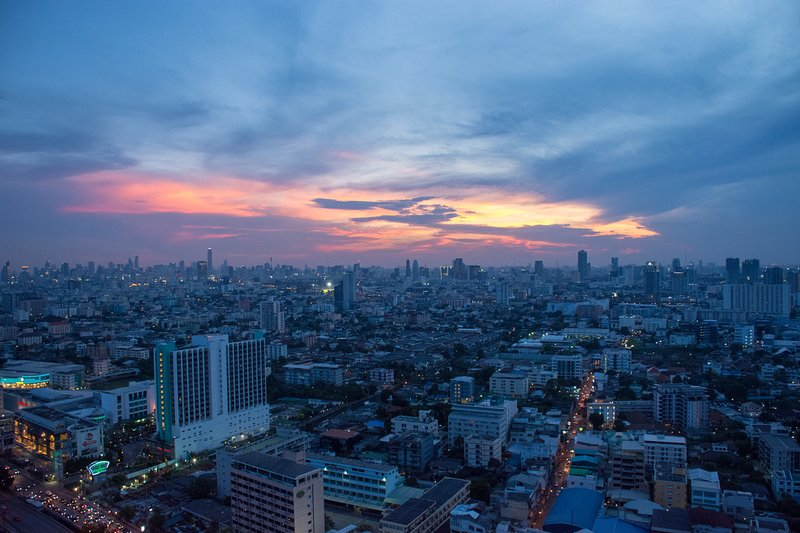 2 BR luxury on the mrt. 280° of Crazy view with floor to ceiling windows., vacation rental in Lat Phrao