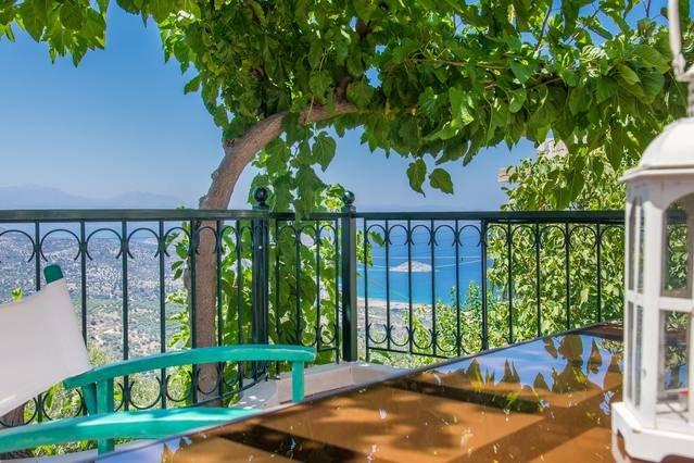 Stor terrass med magnifik utsikt, utemöbler, stort paraply och grill