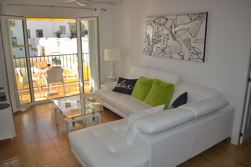 lichte woonkamer die leidt naar een balkon