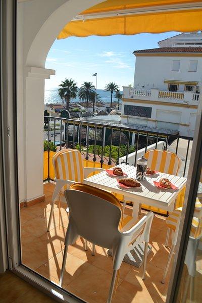 balkon met prachtig uitzicht op zee krijgt middagzon