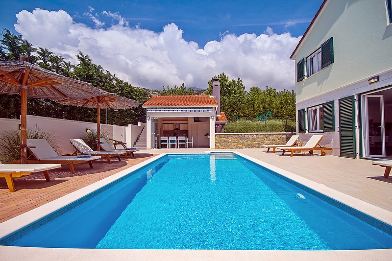 NEW! Villa Stožak, heated pool, cinema room, sauna, 4 bedrooms, max. 10 per., alquiler de vacaciones en Omis