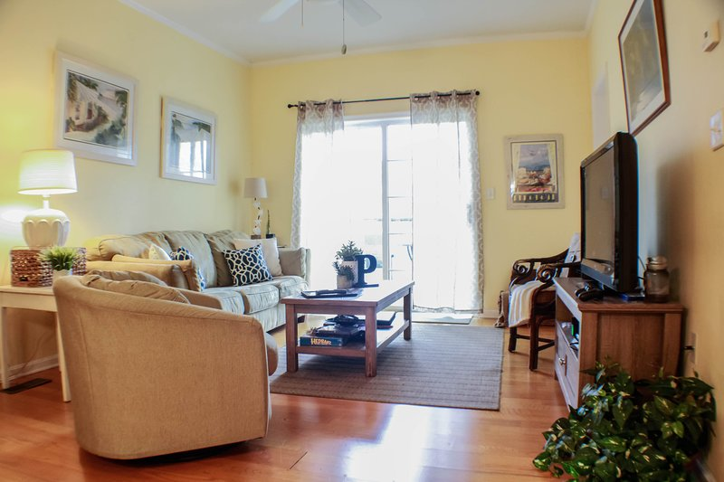 Beach Condo - Pet Friendly - Outlet Central - VERY CLEAN, alquiler de vacaciones en Rehoboth Beach