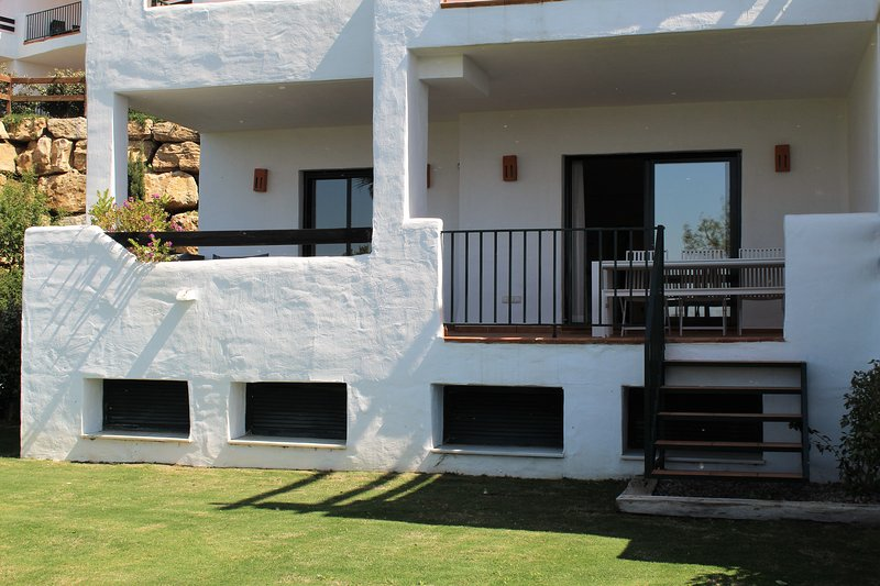 Apartment with amazing sea and golf views and private garden, holiday rental in Casares del Sol