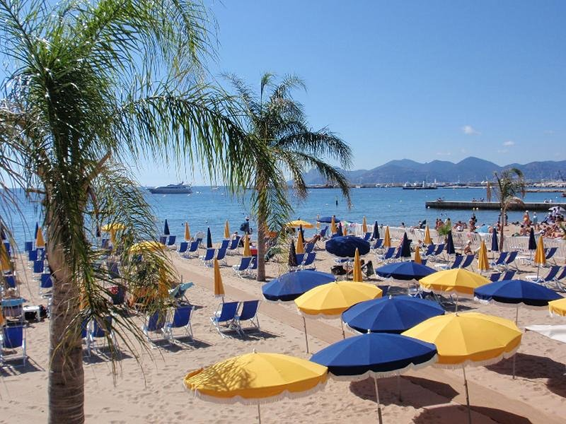 Cannes beautiful sandy beaches are 2 mins walk from the apartment