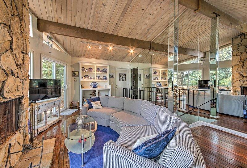 La impresionante propiedad cuenta con modernas actualizaciones y alojamiento para 6.