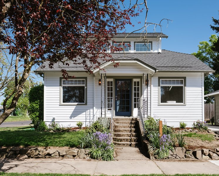 Wine Country boho-chic bungalow, 2 master suites, walk to restaurants & wineries, holiday rental in Newberg