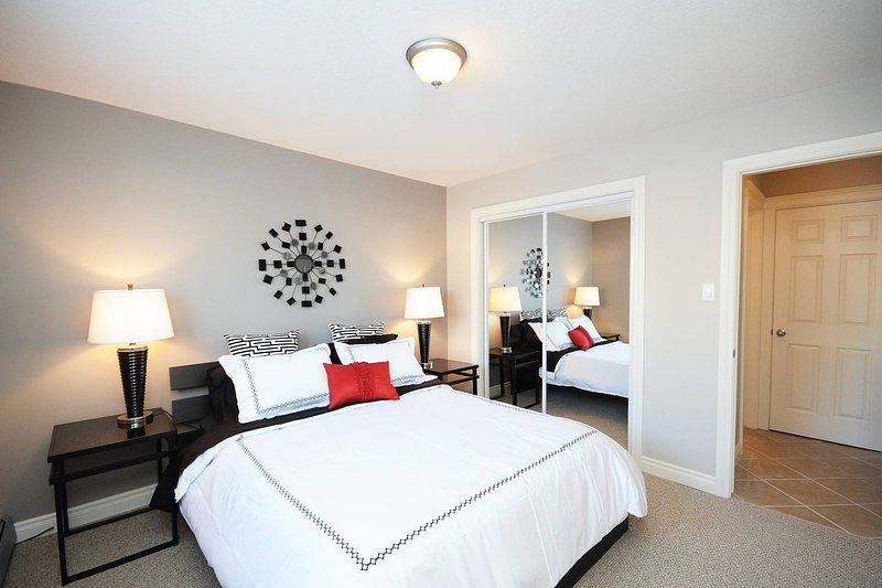 Beautiful & REDUCED 2 bedroom Short Term Rental, holiday rental in Spruce Grove