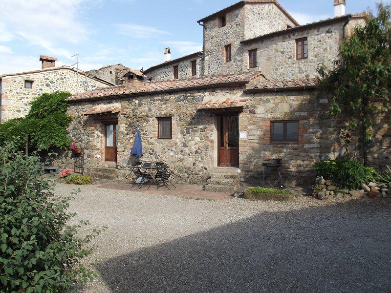 casa indipendente in borgo antico con piscina, casa vacanza a Montecastelli Pisano