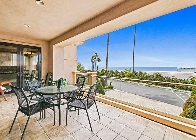 Lavish Corona Beachfront Villa w/ 2 Verandas & Incredible Sunset View, casa vacanza a Corona del Mar