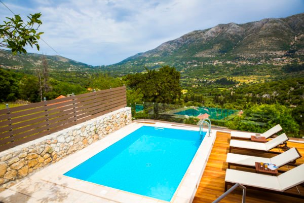 Iconic Villas, Villa Rosa with private pool and stunning mountain view, aluguéis de temporada em Agia Efimia