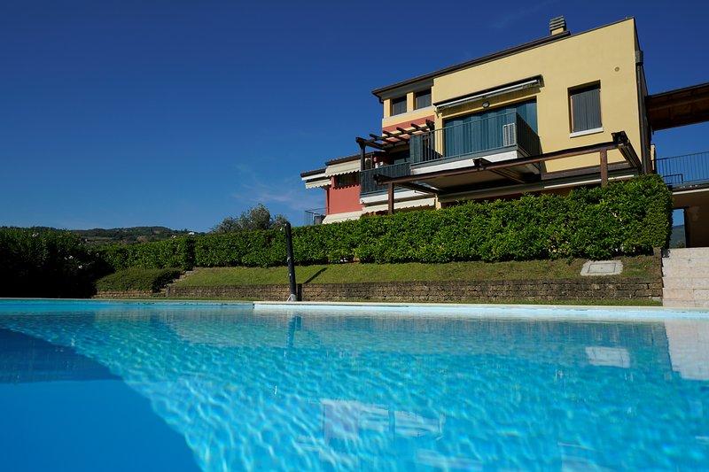 GardaLake BlueParadise-vista lago,giardino privato,piscina,sauna,palestra, holiday rental in Garda