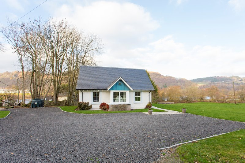 Voorkant van cottage en parkeerplaats