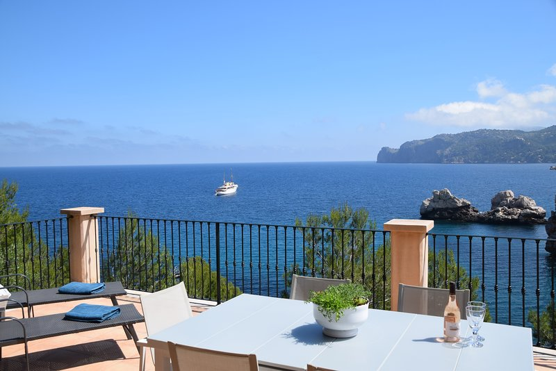 Ca'n Dofí, a spectacular sea front house with direct access to the sea at Cala D, casa vacanza a Deia