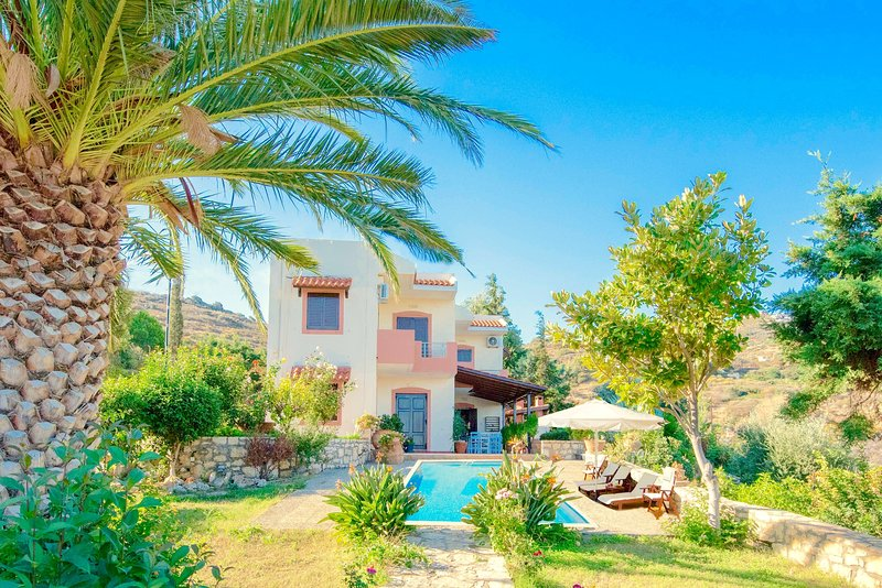 Beach Villa Lygaria with private pool and basketball court, holiday rental in Mades